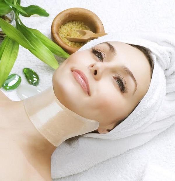 Đắp mặt nạ là cách chăm sóc da vùng cổ mang lại hiệu quả cao