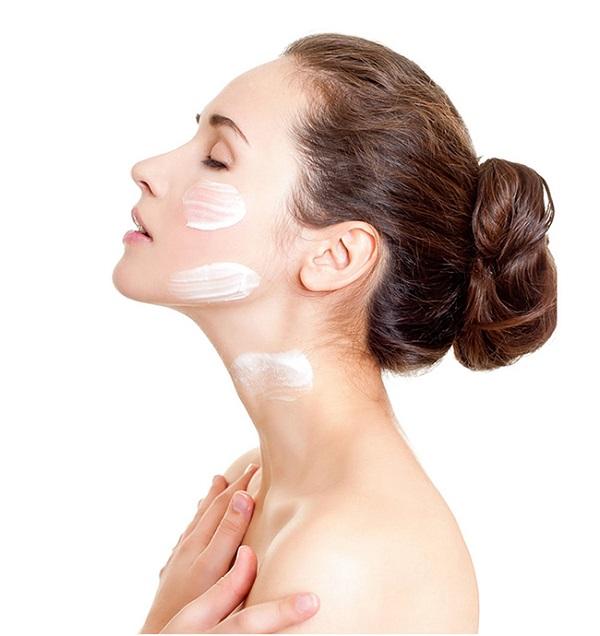Dùng kem dưỡng hàng ngày cho cả mặt và cổ