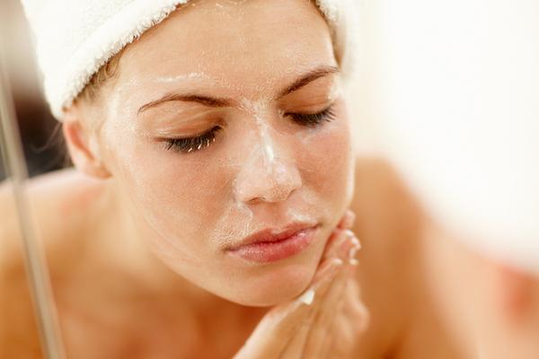 Làm sạch da nhạy cảm nên sử dụng các sản phẩm dịu nhẹ