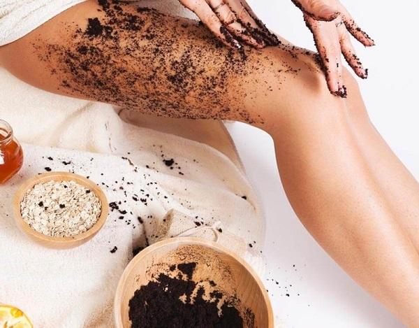 Tẩy tế bào chết bằng cafe giúp làm giảm tình trạng da sần vỏ cam trên cơ thể