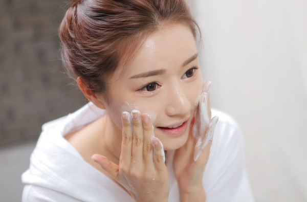 Làm sạch da mặt là bước chăm sóc da quan trọng