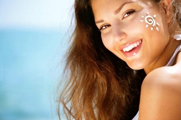 Thoa kem chống nắng là cách dưỡng da ban ngày giúp da khỏe mạnh hơn và chống lão hóa
