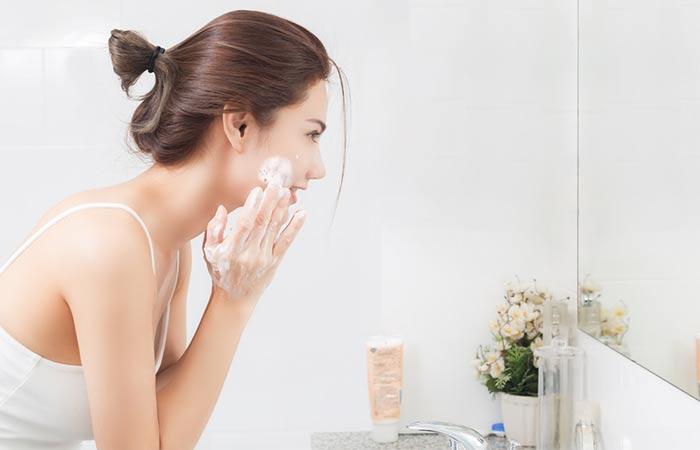 Sử dụng sữa rửa mặt là khâu quan trọng không thể thiếu trong các bước làm sạch da