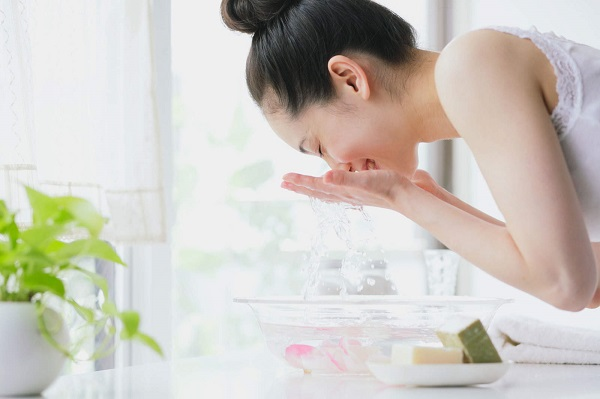 Làm sạch là một trong các bước chăm sóc da dầu quan trọng nhất