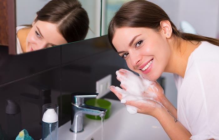Làm sạch da với sữa rửa mặt là một trong các bước chăm sóc da mặt buổi sáng cần thiết