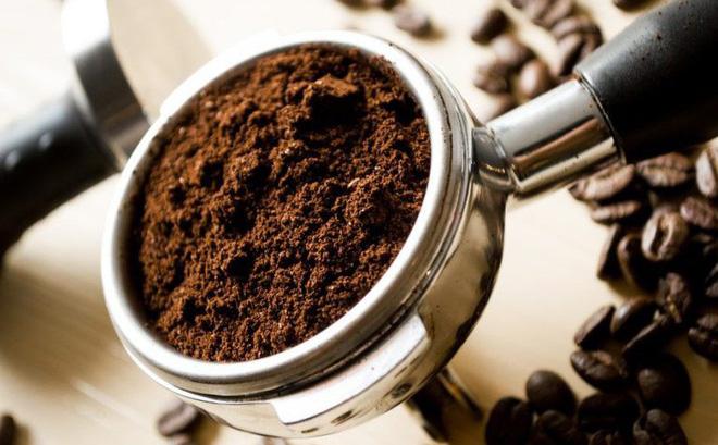 Bã cà phê giúp tẩy tế bào chết và trắng da toàn thân