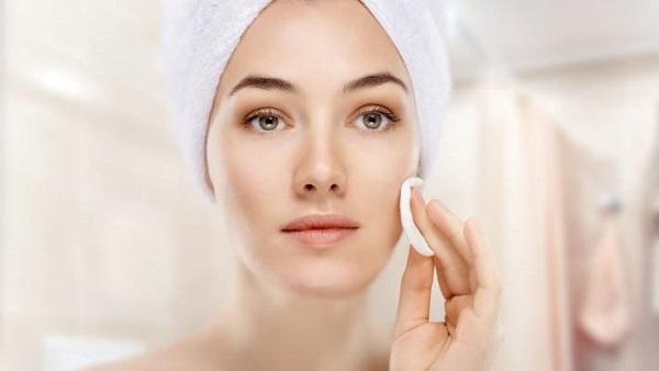Nên dùng toner bằng bông cooton sau bước làm sạch da