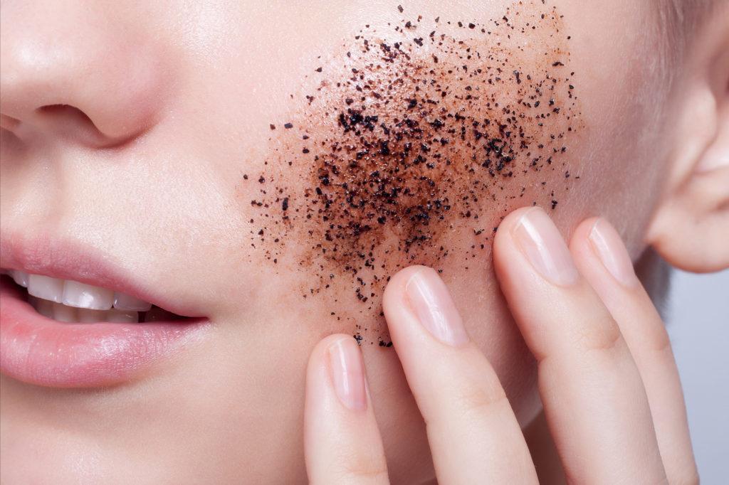 Tẩy da chết bằng cà phê giúp bạn có làn da khỏe và sáng bóng
