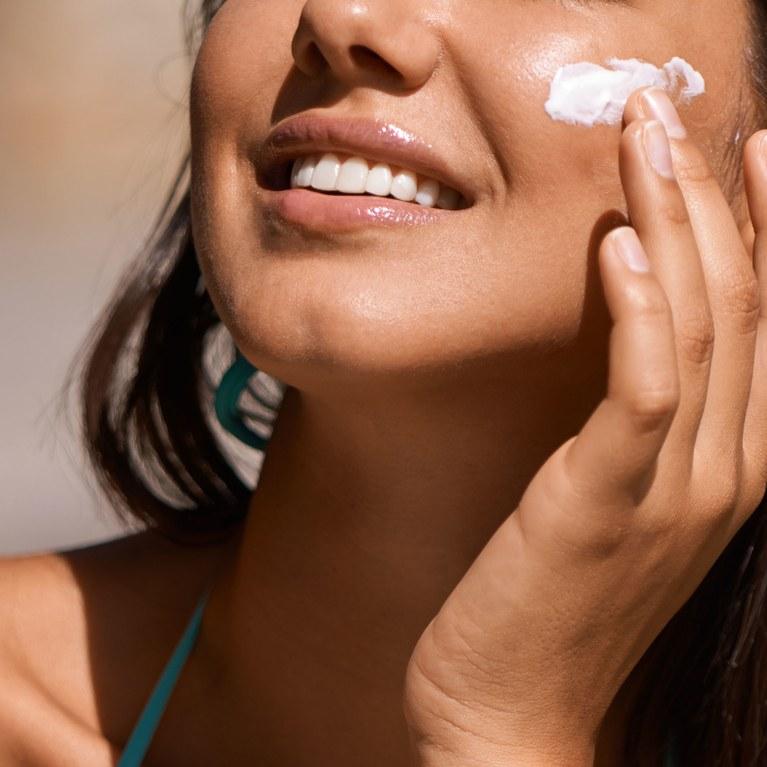 Sử dụng kem chống nắng hàng ngày là khâu quan trọng trong cách chăm sóc da để không bị mụn