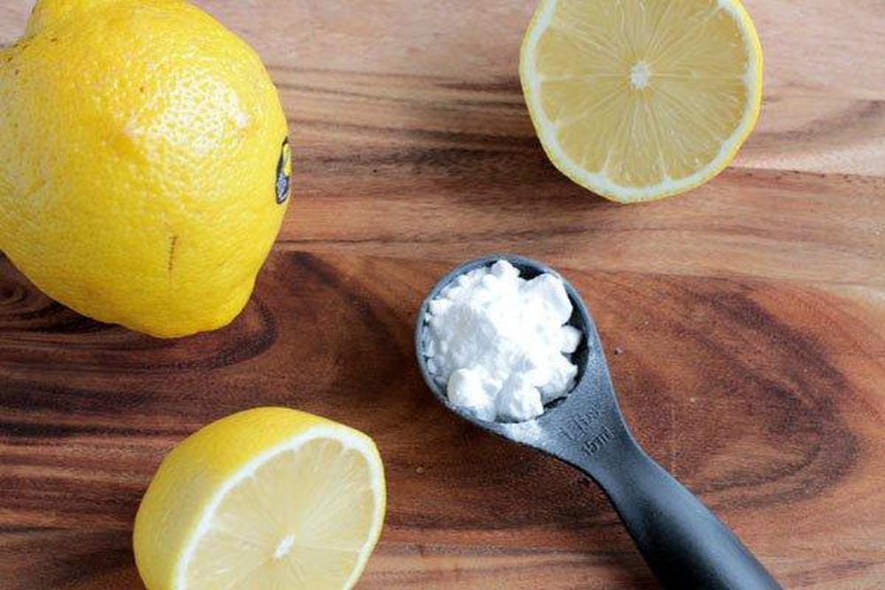 Dùng chanh và soda là những nguyên liệu làm sạch da hiệu quả