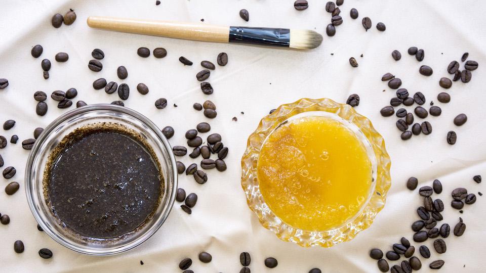 Dùng bã cà phê và mật ong để tẩy tế bào chết cho làn da