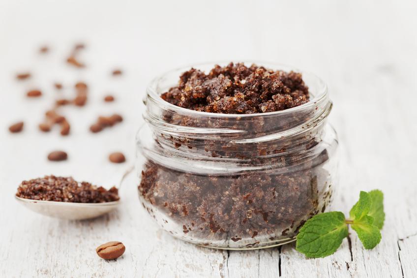 Sự kết hợp giữa đường nâu và bã cà phê giúp dưỡng ẩm cho làn da khô