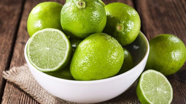 Chanh có chứa acid citric giúp làm trắng da tự nhiên