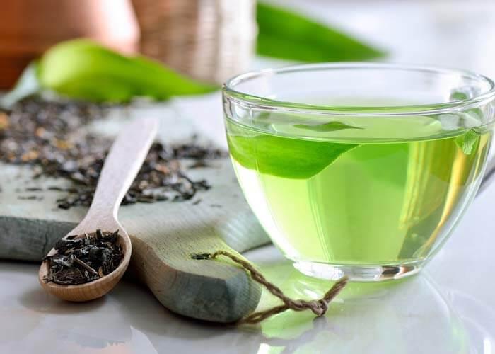 Làm sáng làn da xỉn màu bằng cách sử dụng trà xanh như một loại toner