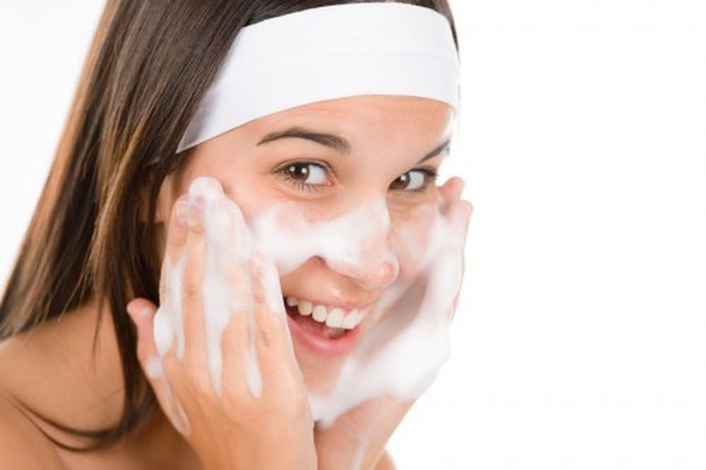 Làm sạch da là nước vô cùng quan trọng giúp da khỏe mạnh, thoáng sạch.