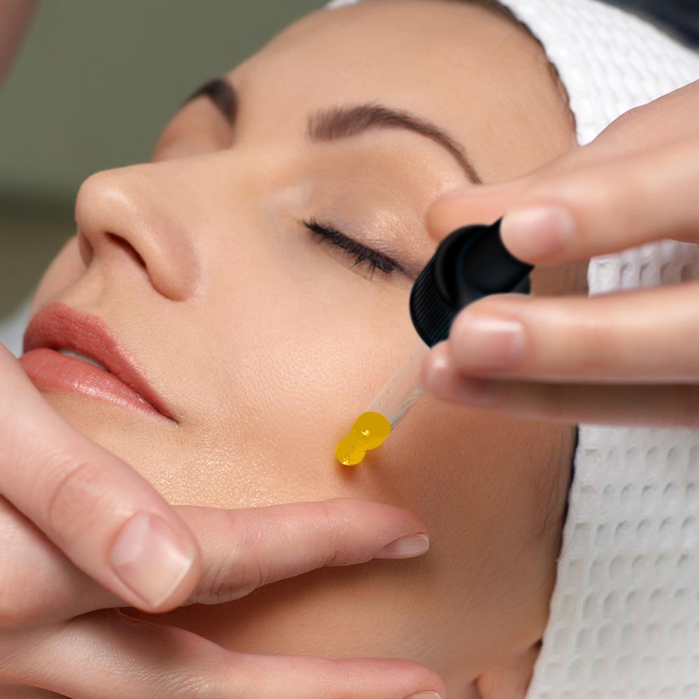 Serum có nhiều chức năng, cung cấp nguồn dưỡng chất dồi dào cho làn da của bạn. Đây là một trong các bước chăm sóc da ban đêm không thể thiếu