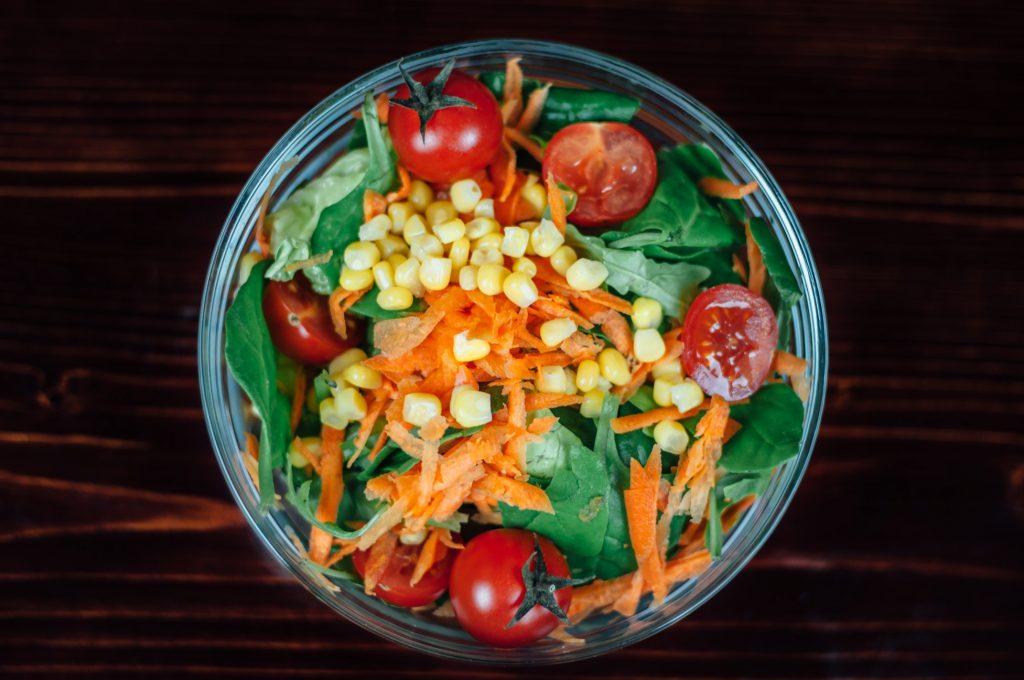 Ăn nhiều rau xanh và trái cây trong mùa hè