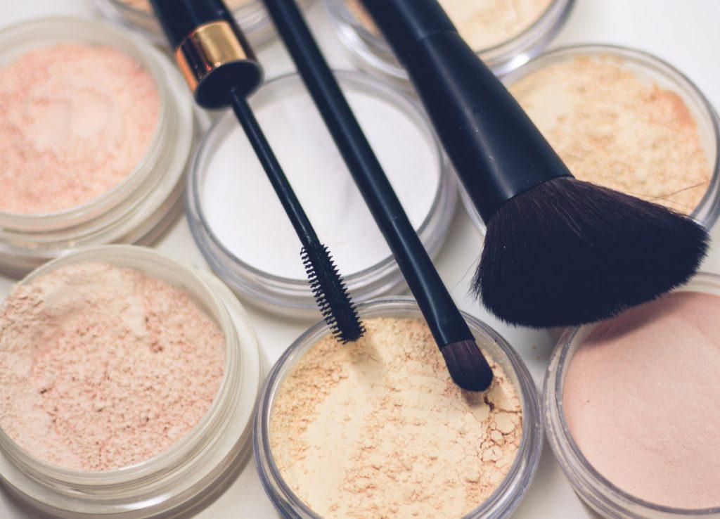 Cách chăm sóc da dầu đúng cách là hạn chế quá nhiều lớp trang điểm lên da trong mùa hè