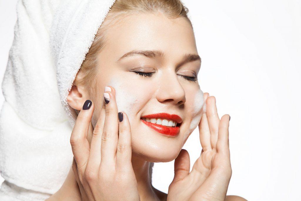 Rửa mặt ngayf2 lần để giữ da luôn sạch trong mùa hè