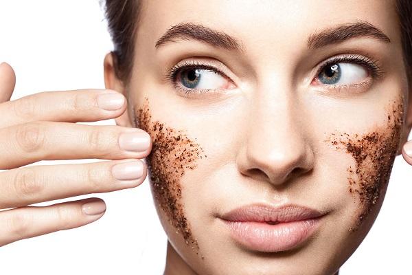 Tẩy da chết định kỳ là cách giữ da mặt sạch trong mùa hè mà nhiều người hay quên