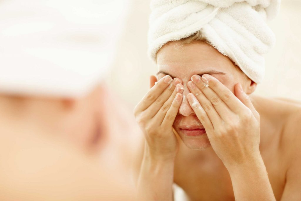 Rửa mặt là mtooj trong các bước chăm sóc da khô cần thiết