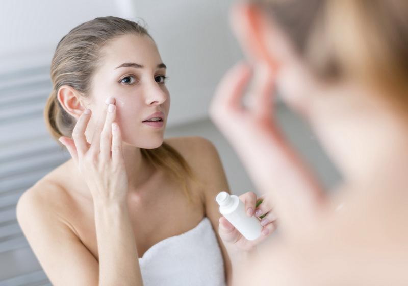 Dùng sản phẩm đặc trị để dưỡng ẩm cho da khô