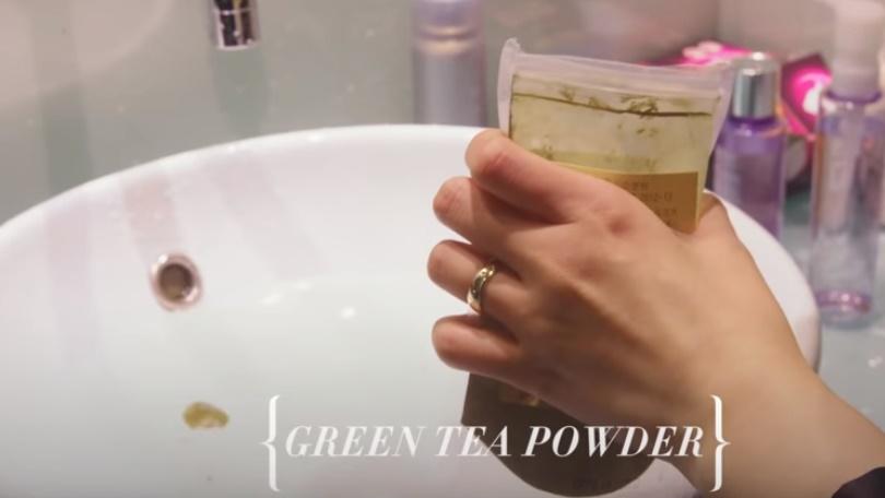 Dung dịch detox với trà xanh được Pony sử dụng khi da mặt rơi trở nên nhạy cảm và xuất hiện những nốt mẩn đỏ.