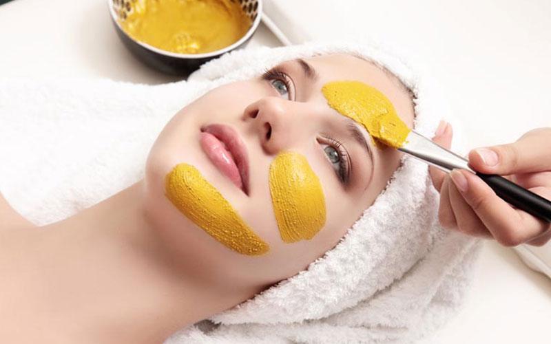 Mặt nạ tinh bột nghệ và sữa là cách trị nám da mặt bằng thiên nhiên hiệu quả nếu bạn thực hiện thường xuyên.