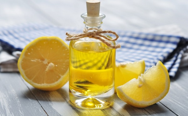 Bộ đôi dầu oliu và chanh là cách trị thâm mắt khá hiệu quả tại nhà.