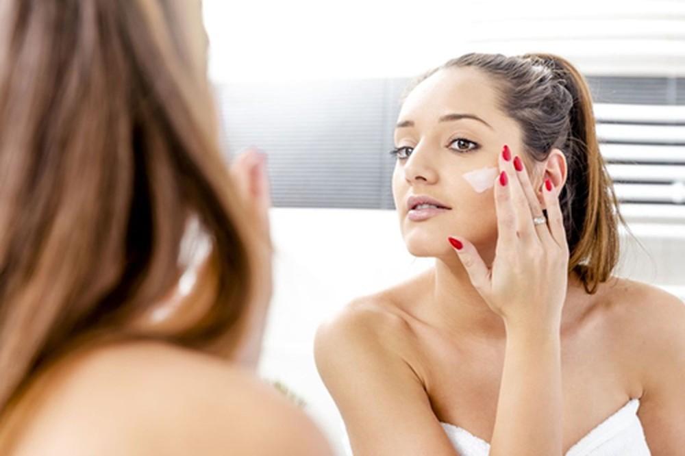 Cần quan tâm tới một số lưu ý khi chữa quầng thâm mắt bằng kem đánh răng.