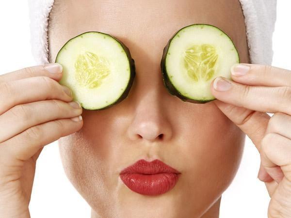 Bạn có thể tự làm những loại mặt nạ để chăm sóc da vùng mắt đơn giản tại nhà từ dưa chuột, túi trà, …