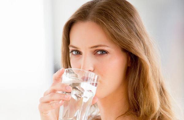 Một cách dưỡng da khô đơn giản là uống ngày đủ 2 lít nước