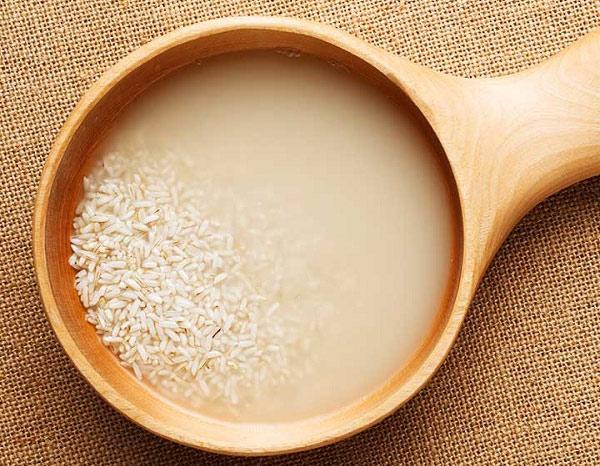 Hàng ngày, bạn có thể để ra một chút nước vo gạo là đã có một cách làm sạch da mặt tại nhà vô cùng đơn giản.