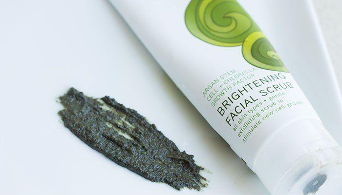 Acure Organics Brightening Facial Scrub có thể thích hợp là sản phẩm tẩy tế bào chết cho da mặt nhờn.