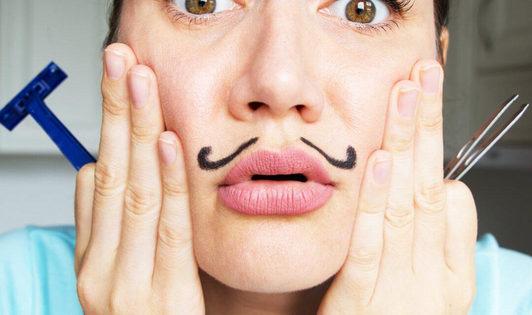 Lông tơ trên khuôn mặt cùng vùng ria mép rậm rạp quá mức cho phép sẽ khiến bạn đánh mất vẻ nữ tính cần có.