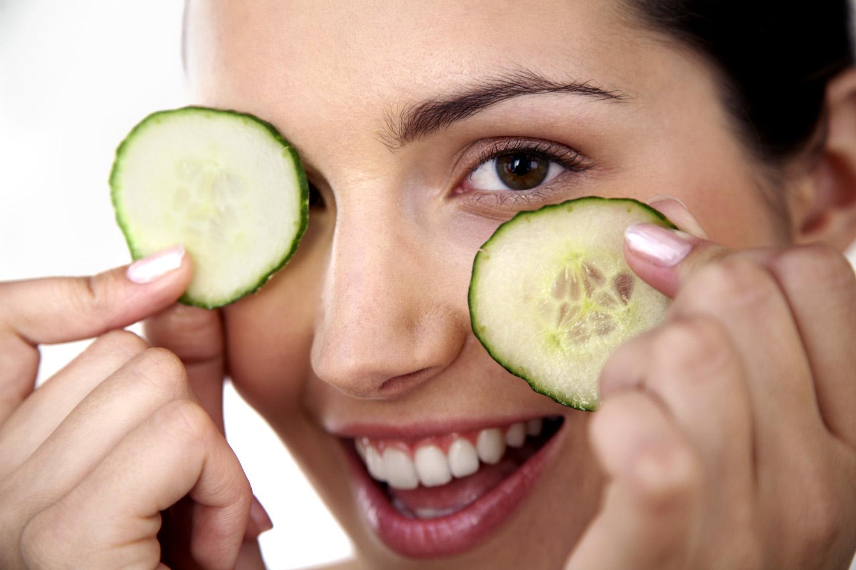Bạn hãy tận dụng các loại thực phẩm tự nhiên lành mạnh để chống thâm quầng mắt.