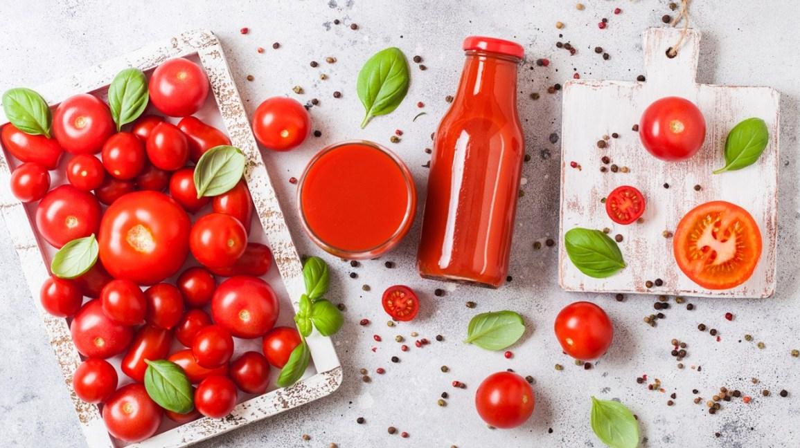 Để chống thâm quầng mắt với cà chua, việc tiêu thụ trực tiếp vào cơ thể sẽ tốt hơn là khi bạn đắp mặt nạ cà chua lên vùng mắt.