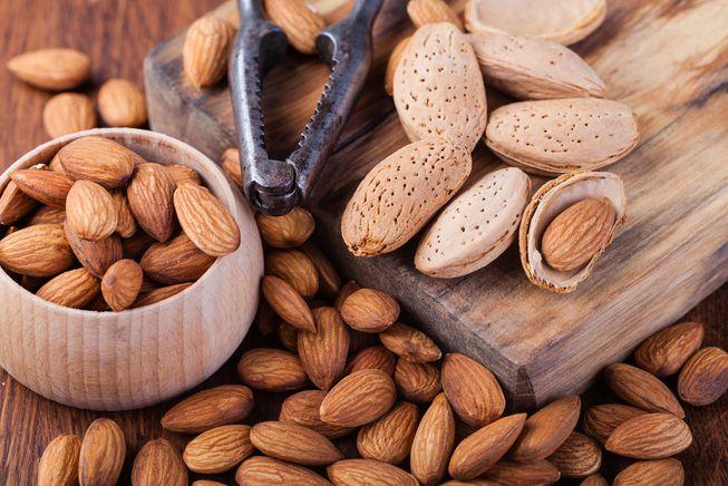 Hạnh nhân là một trong số các thực phẩm bổ dưỡng, tốt cho sức khỏe mà lại làm giảm thiểu tối đa nguy cơ bị quầng thâm mắt.