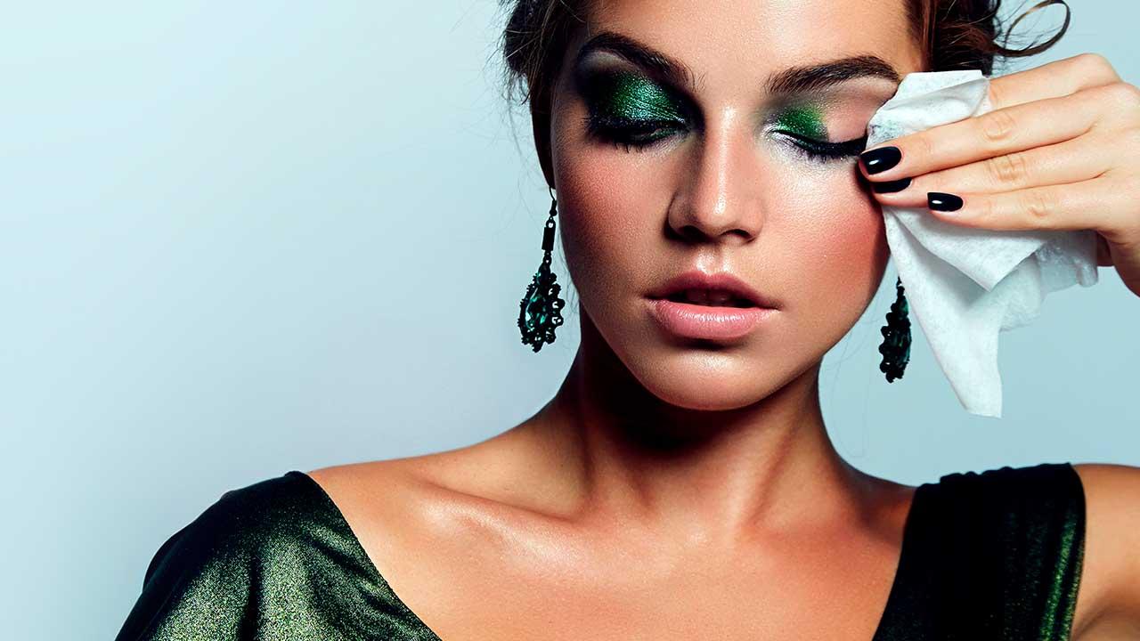 Không tẩy trang mắt kỹ càng sau khi makeup sẽ làm vùng da quanh mắt lão hóa nhanh như tên lửa.