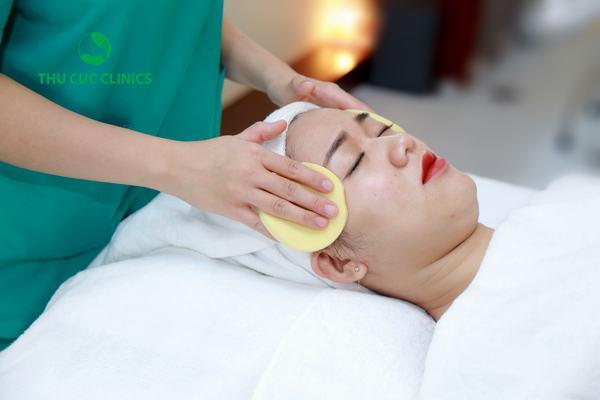 Tẩy trang là một quy trình cần thiết trong 10 bước chăm sóc da cơ bản