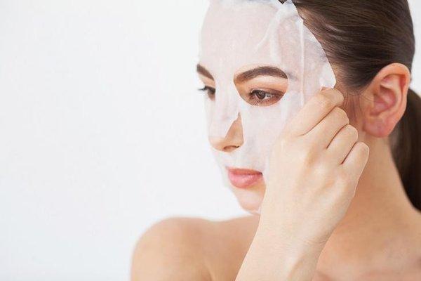 Khi thực hiện các bước chăm sóc da mặt bị mụn trên, hãy đừng quên đắp mặt nạ cho da nhé.
