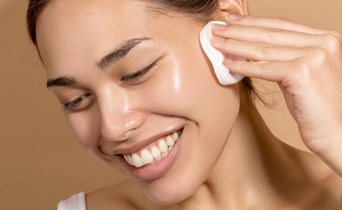 Làm sạch da là một trong các bước chăm sóc da mụn không thể thiếu
