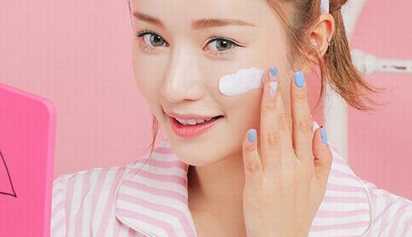 Sử dụng mỹ phẩm cũng cần hết sức thận trọng với làn da mỏng