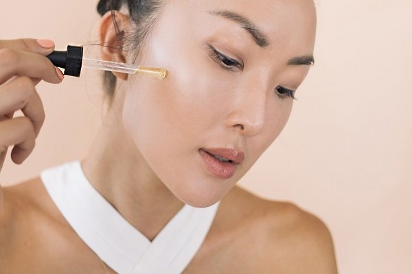 Da nhạy cảm sẽ khiến bạn gặp những bất tiện khi trang điểm hoặc chăm sóc da.
