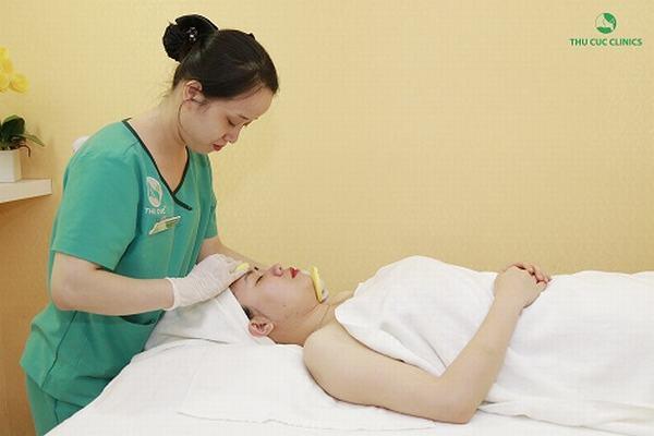 Massage mặt là cách dưỡng da khỏe mạnh luôn được áp dụng trong quy trình chăm sóc da tại Thu Cúc
