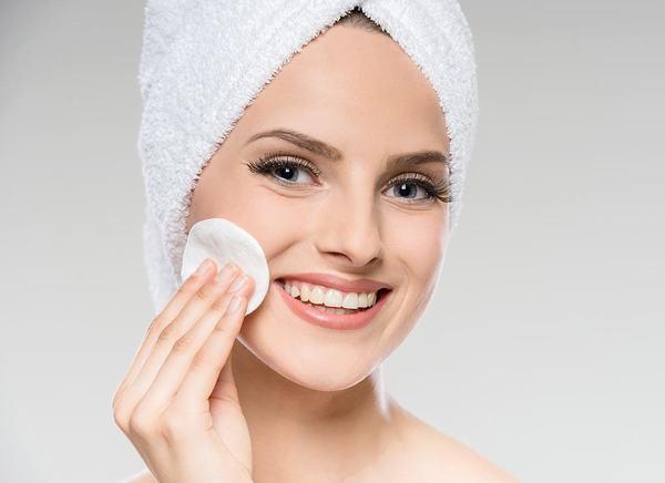 Sử dụng nước hoa hồng hàng ngày giúp cân bằng độ pH và thu nhỏ lỗ chân lông trên da