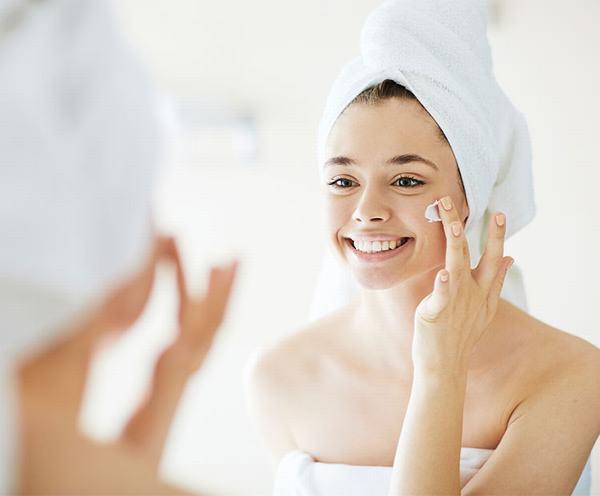 Việc rửa mặt đúng cách là cách dưỡng da nhờn hiệu quả