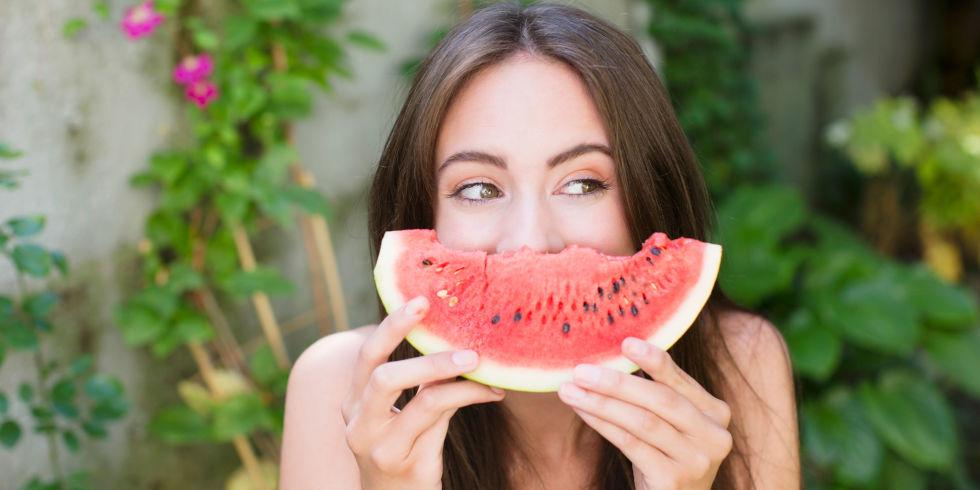 Chắc chắn không ai muốn bỏ qua loại quả thơm ngọt mát và giúp trẻ hóa làn da tuổi 30 như dưa hấu.