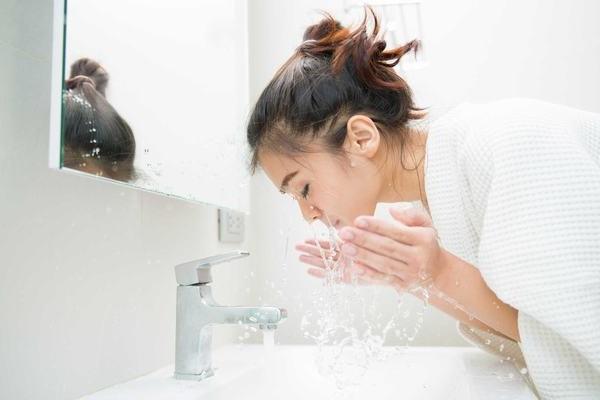 Các chuyên gia tư vấn da mụn cho rằng việc rửa mặt quá nhiều khi da bị mụn là không tốt