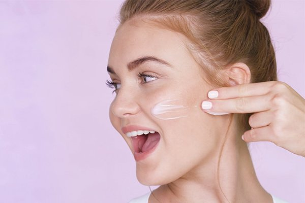 Nhiều người thường nghĩ làn da dầu sẽ không cần kem dưỡng ẩm, nhưng sự thật lại là trái ngược.